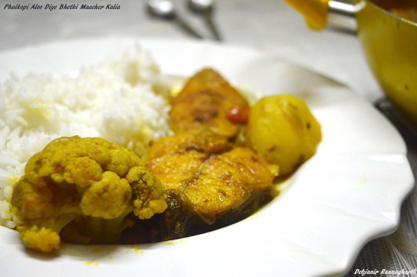 %Bhetki Maacher Aloo Phulkopi diye Kalia or light fish curry with Potato and cauliflower
