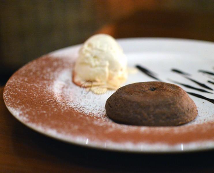 Tortino caldo di cioccolato fondente con geleto alla vaniglia La Cucina Hyatt